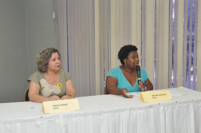 Imagem da mesa de abertura, com as conselheiras do CFESS Magali Franz e Solange Moreira.