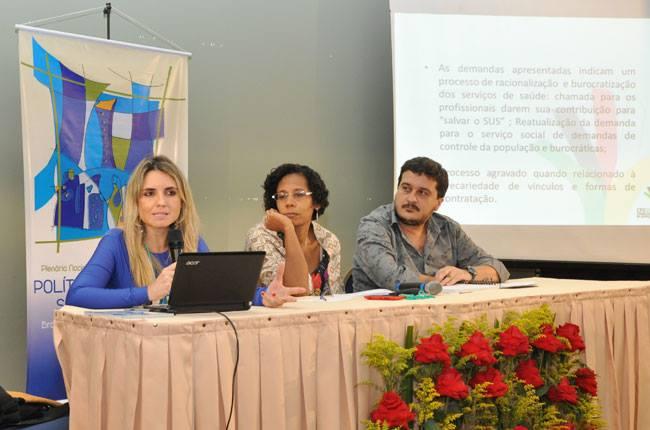 Mesa com a conselheira do CFESS Alessandra Ribeiro e com o conselheiro Maurílio Matos
