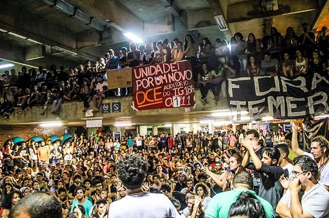 Imagem mostra UnB tomada por mais de mil estudantes em assembleia