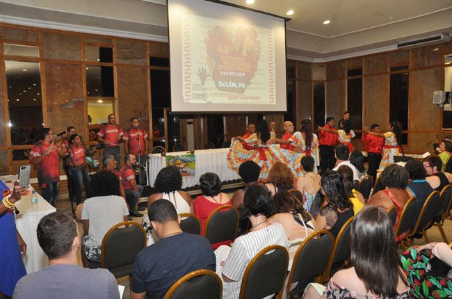 Imagem da atividade cultural na abertura do evento, com apresentação de carimbó.
