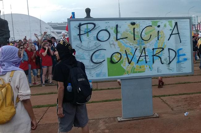 Foto mostra pichação 'Polícia covarde' em placa de Brasília