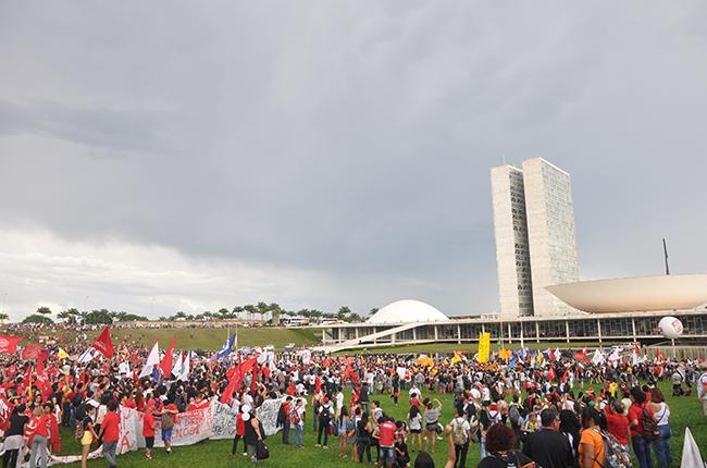 Foto mostra manifestantes se aglomerando em frente ao Congresso Nacional