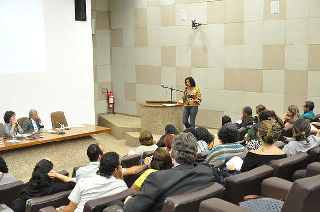 Imagem da conselheira do CFESS Valéria Coelho apresentando os argumentos do CFESS contra a regulamentação das comunidades terapêuticas