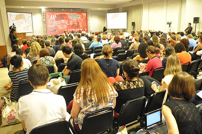 Imagem mostra auditório lotado com participantes do Encontro Nacional