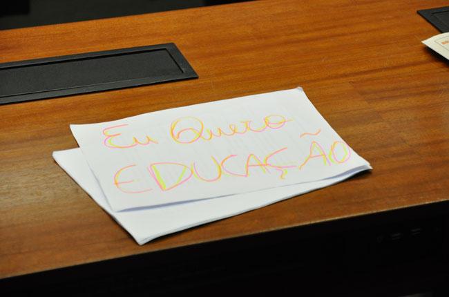 Cartaz clama por Educação