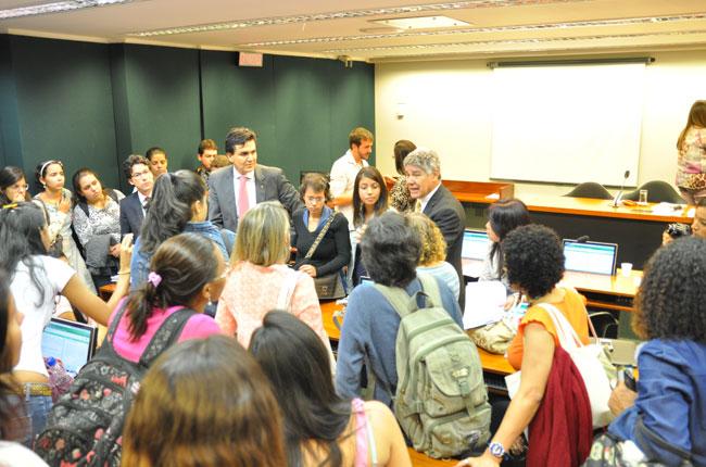 Grupo cerca deputados da Comissão de Educação para pressionar votação do PL