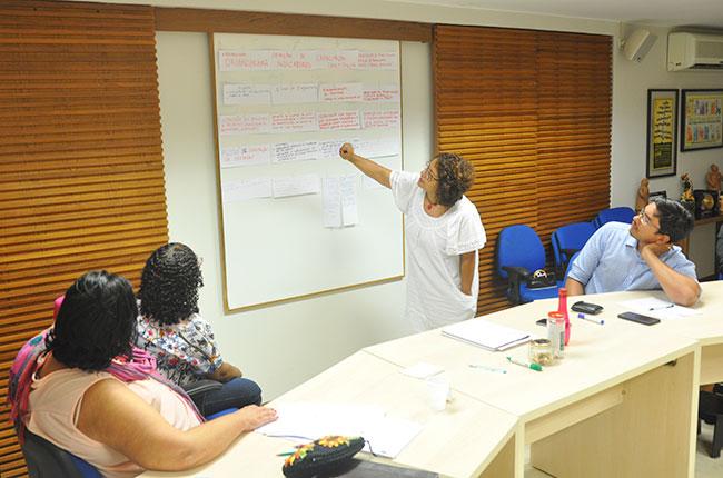 Imagem da conselheira do CFESS Esther Lemos sistematizando os desafios encontrados