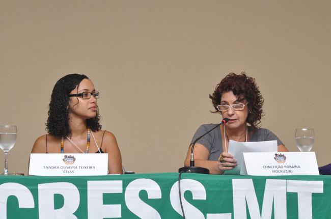 Imagem da mesa com a conselheira do CFESS Sandra Teixeira e a assistente social da Fiocruz/RJ Conceição Robaina
