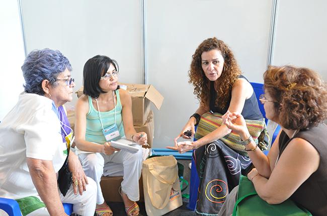 Imagem da reunião do CFESS com algumas assistentes sociais participantes da Conferência