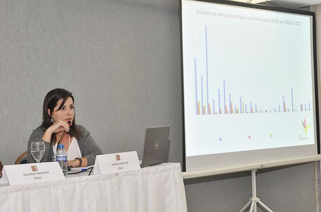 Conselheira do CFESS Daniela Möller apresenta dados do levantamento sobre recursos éticos