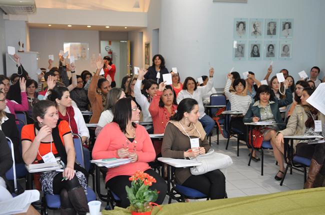 Fotografia mostra participantes do Descentralizado Sul, em Florianópolis, votando as propostas que serão levadas para o Encontro Nacional, em setembro