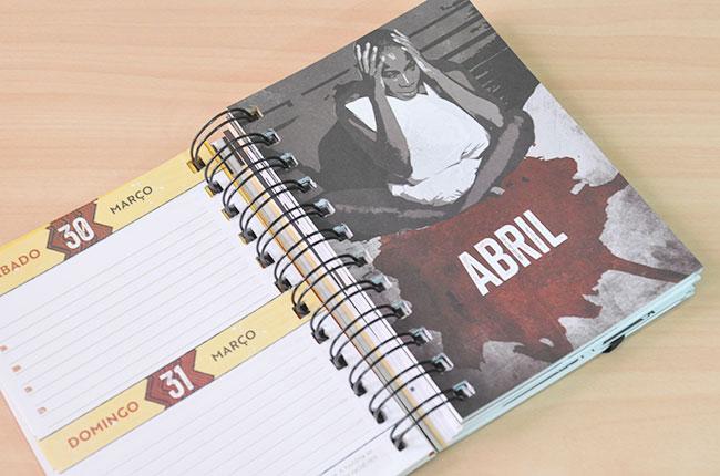 Outra imagem de uma página interna da agenda mostra ilustração de uma mulher negra sem atendimento médico de um lado. De outro uma página colorida para se colocar os compromissos diários.