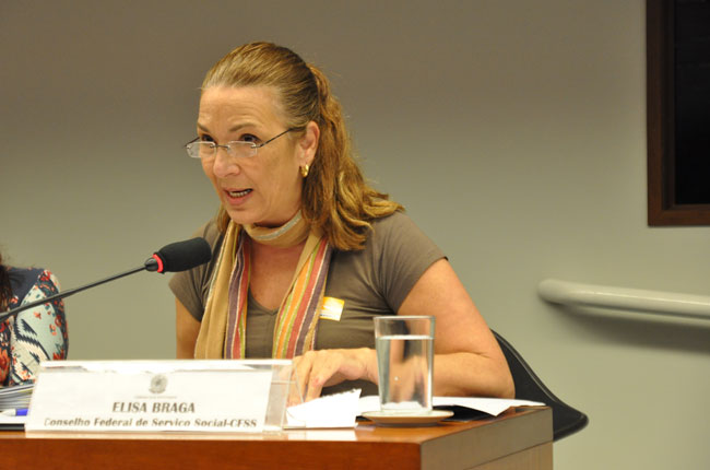 Conselheira do CFESS Maria Elisa Braga fala durante a audiência