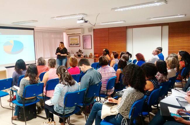Imagem da conselheira do CFESS Juliana Melim e uma das palestras do evento