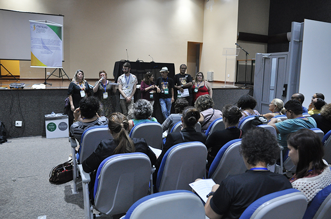 Representantes do FNTSUAS falam durante a oficina do Fórum