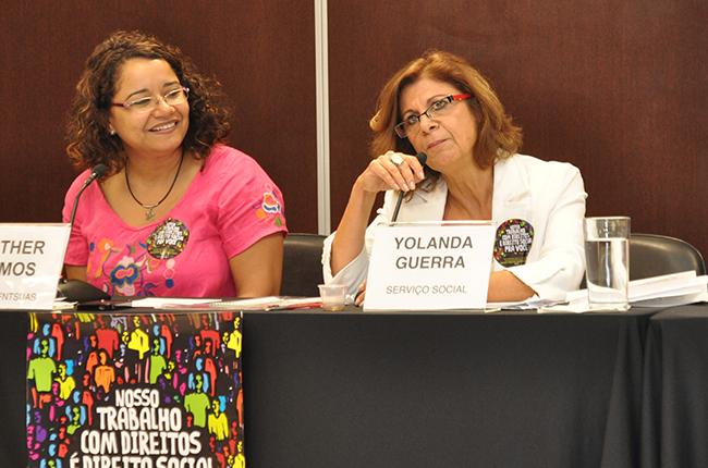 Foto mostra a conselheira do CFESS Esther Lemos ao lado da professora Yolanda Guerra