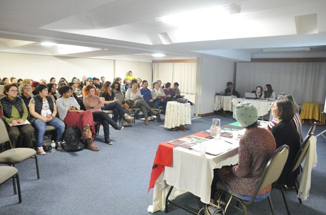 Foto mostra auditório cheio de pessoas que participaram da reunião do Fórum. As pessoas estão sentadas nas cadeiras olhando para a mesa de debatedores, que falavam no momento do registro