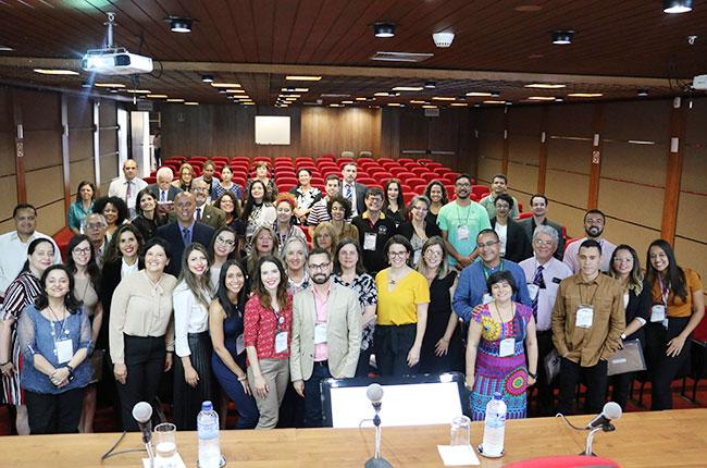 Imagem posada mostra os/as participantes da solenidade ao fim do lançamento da publicação.