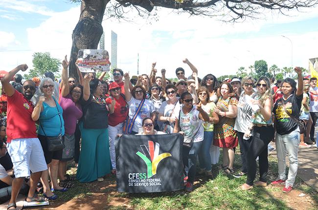 Foto mostra grupo de assistentes sociais e estudantes durante mobilização na Esplanada dos Ministérios, em Brasília