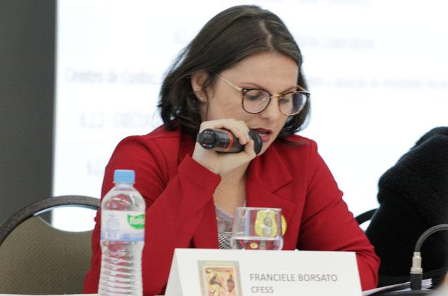 Imagem da conselheira do CFESS Francieli Piva, na mesa da manhã do segundo dia do Encontro Nacional.