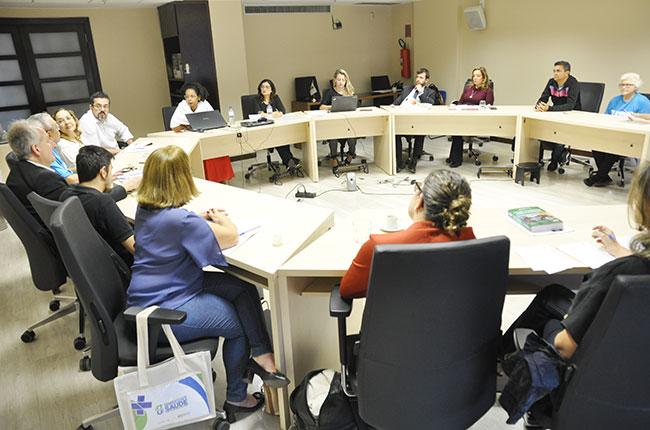 Imagem de representantes das entidades em círculo durante o debate na sede do CFESS.