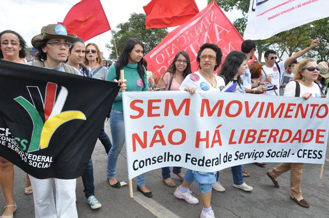 Foto de assistentes sociais e estudantes durante a Marcha Unificada, em abril deste ano