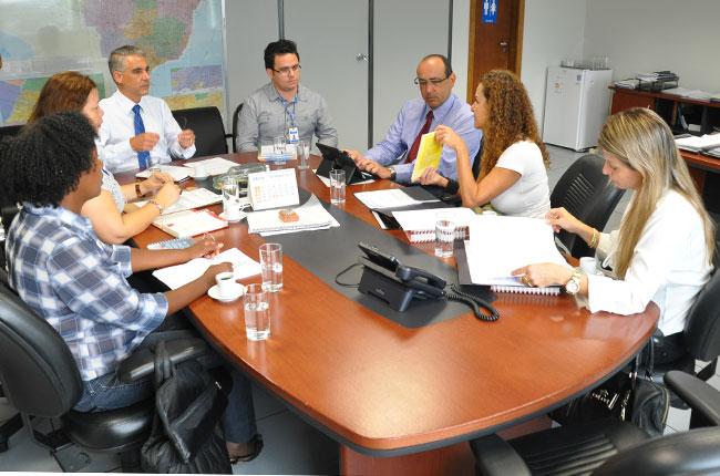 Conselheira do CFESS Kátia Madeira entrega à Dirsat a publicação sobre as atribuições privativas de assistentes sociais (foto: Diogo Adjuto)