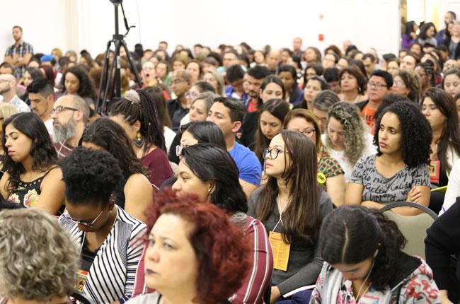 Imagem do público na plenária da abertura do Encontro Nacional