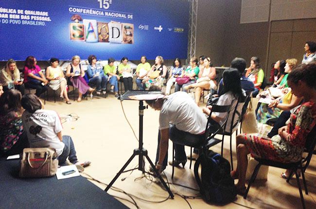 Imagem da reunião com assistentes sociais na Conferência de Saúde