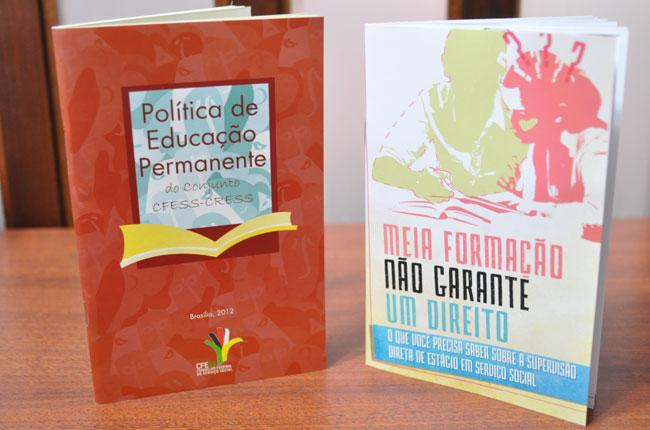 Foto das duas novas publicações lançadas pelo CFESS