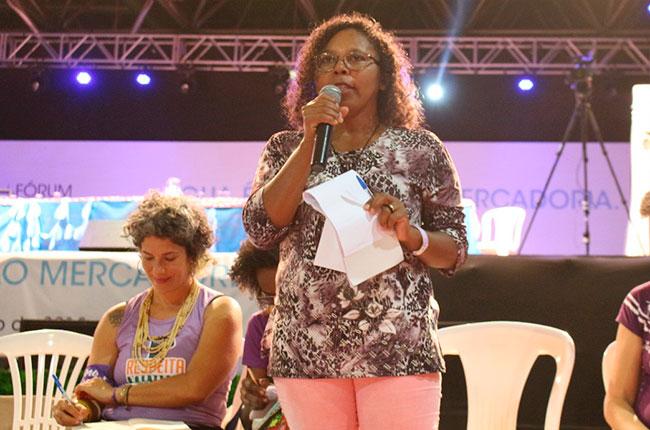 A militante Cida Mendes fala em atividade na defesa dos quilombolas.