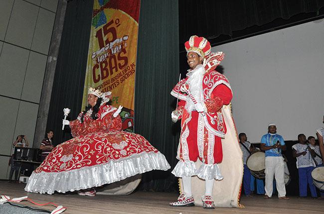 Imagem do grupo de maracatu, ao final do CBAS