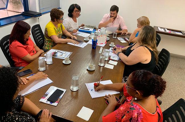 Imagem mostra representantes do CFESS, CFP e entidades em reunião com o diretor-executivo da ABM, em volta de uma mesa.