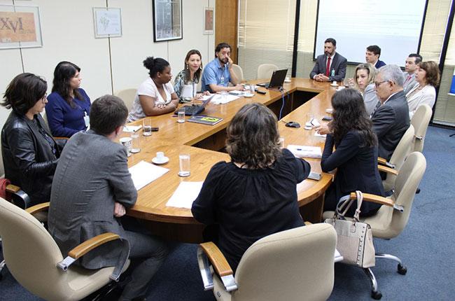 Imagem do grupo reunido com gestores e gestoras do INSS
