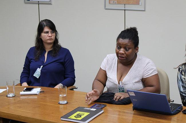 Imagem da conselheira do CFESS Solange Moreira durante a reunião com o INSS.