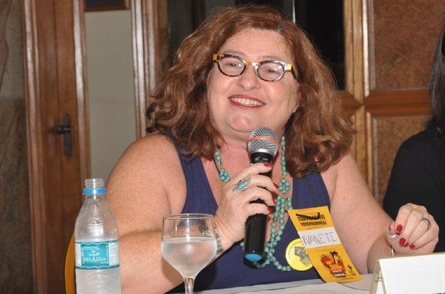 Imagem da professora Ivanete Boschetti durante fala na conferência do evento.