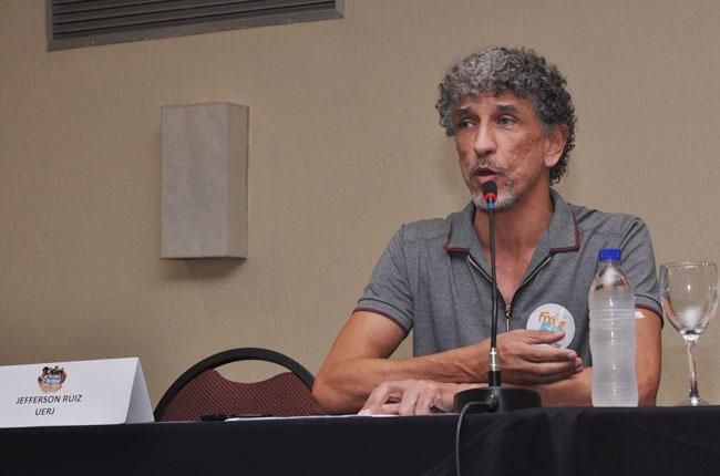 Imagem mostra o assistente social Jefferson Lee durante sua palestra