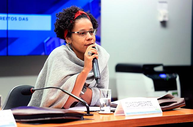 Imagem da presidente do CFESS, Josiane Soares, durante audiência pública na Câmara dos Deputados