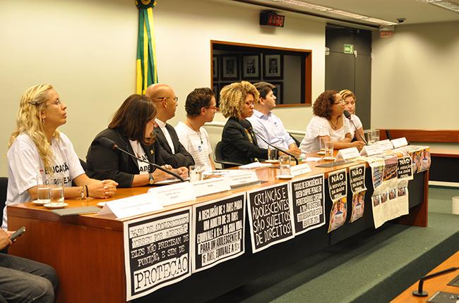 Foto mostra representantes de diversas entidades, inclusive do CFESS, durante coletiva de imprensa