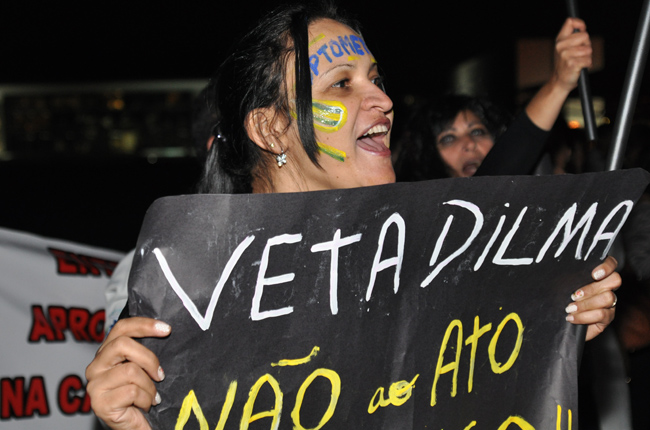 Foto de manifestante segurando faixa contra o Ato Médico, em frente ao Palácio do Planalto