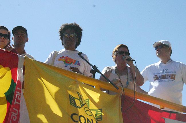Conselheira do CFESS Daniela Castilho no carro de som, durante a marcha
