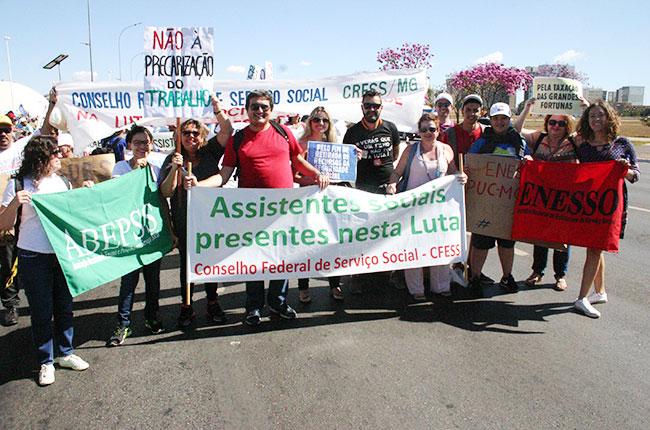 Imagem de conselheiros do CFESS, representantes da Abepss, da Enesso e do CRESS-MG na marcha em Brasília