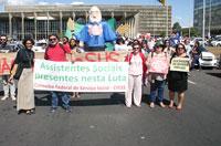 Assistentes sociais marcham em defesa do SUS, da seguridade social e da democracia