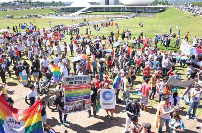 Imagem do gramado do Congresso Nacional ocupado pelos participantes da Marcha contra a Homofobia, nesta quarta-feira
