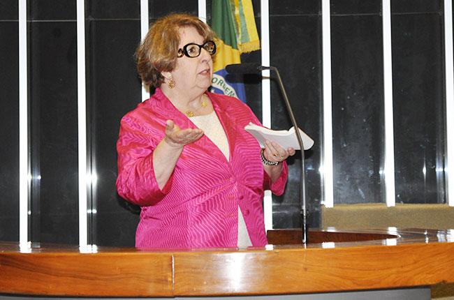 Imagem da professora Mariléa Porfírio na tribuna da Câmara dos Deputados