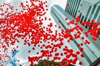 Imagem de                                  balões vermelhos em SP, para lembrar a                                  luta contra a AIDS