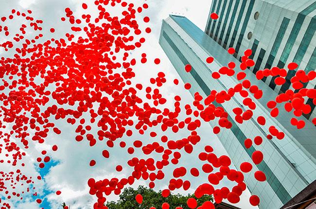 Balões no céu de São Paulo lembram a luta contra a AIDS (Foto: Alexandre Carvalho/ A2 Fotografia)