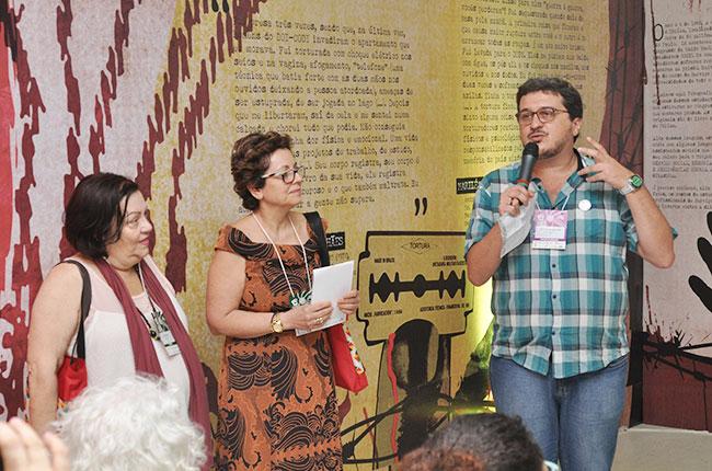 Imagem do presidente do CFESS, Maurilio Matos, da conselheira Tânia Diniz e da assistente social Beatriz Abramides, no lançamento da exposição sobre a ditadura