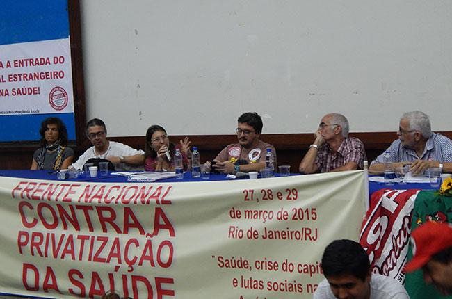 Imagem da mesa da qual participou o presidente do CFESS, Maurilio Matos, no Seminário da Frente da Saúde
