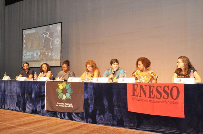 Imagem da mesa de abertura do evento, com representantes do CFESS, Abepss, CRESS-RJ, Enesso e Uerj.